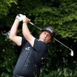 Bad light gives Mickelson the clubhouse lead at the US Open opening round