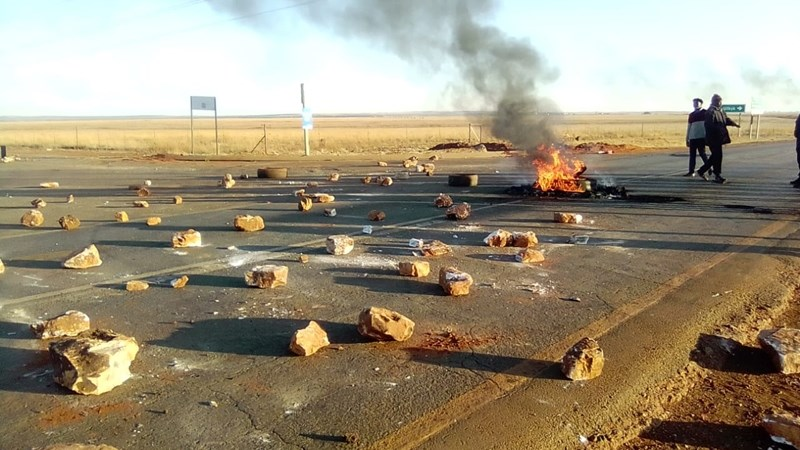 R30 between Ventersdorp, Derby now open following brief protest   | News Article